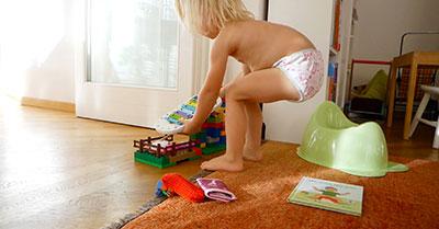 Barn leker ved potten